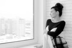 Muchacha en la ventana blanco y negro Imagenes de archivo