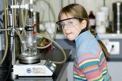 Muchacha en laboratorio químico Imagen de archivo libre de regalías