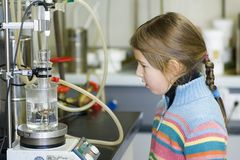 Muchacha en laboratorio químico Imagenes de archivo