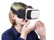 Muchacha en las auriculares de VR aisladas en blanco Foto de archivo libre de regalías