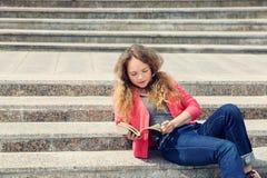 Muchacha en las escaleras Foto de archivo