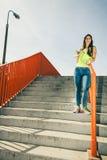 Muchacha en las escaleras con el monopatín Fotografía de archivo