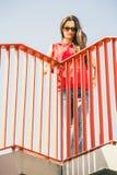 Muchacha en las escaleras en ciudad Foto de archivo libre de regalías