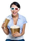 Muchacha en las gafas 3D con la bebida y el cuenco de palomitas Fotografía de archivo
