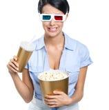 Muchacha en las gafas 3D con la bebida y palomitas Fotos de archivo libres de regalías