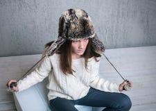 Muchacha en las lanas blancas del suéter fotografía de archivo libre de regalías