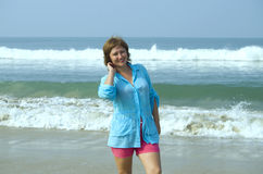Muchacha en las sonrisas de la costa Imagen de archivo