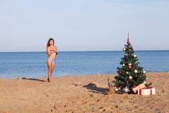 Muchacha en las zonas tropicales en el centro turístico por la Navidad y el Año Nuevo Imagenes de archivo
