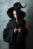 Muchacha en looks sexy de un traje de la bruja Imagenes de archivo