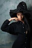 Muchacha en looks sexy de un traje de la bruja Imagen de archivo libre de regalías