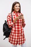 Muchacha en los amigos que mandan un SMS casuales que miran lejos sonrientes feliz Fotos de archivo libres de regalías