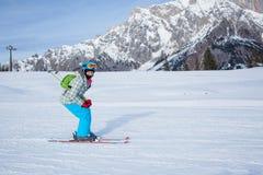 Muchacha en los esquís. Fotografía de archivo