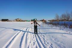 Muchacha en los esquís Foto de archivo
