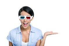 Muchacha en los vidrios 3D con la palma para arriba fotos de archivo