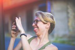 Muchacha en los vidrios que toman un selfie Foto de archivo