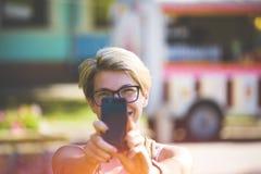 Muchacha en los vidrios que toman un selfie Imagen de archivo libre de regalías