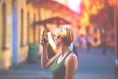 Muchacha en los vidrios que toman un selfie Imagenes de archivo
