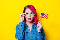 Muchacha en los vidrios verdes que sostienen la bandera de Estados Unidos Fotografía de archivo