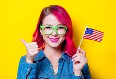 Muchacha en los vidrios verdes que sostienen la bandera de Estados Unidos Fotos de archivo libres de regalías