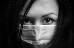 Muchacha en máscara protectora imagen de archivo