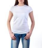 Muchacha en maqueta de la camiseta imagen de archivo libre de regalías