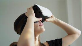 Muchacha en maravillas de los vidrios 3d almacen de video