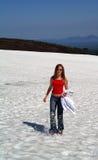 Muchacha en montaña de la nieve Imagenes de archivo