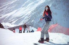 Muchacha en montañas Fotos de archivo libres de regalías