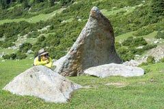 Muchacha en montañas Imagenes de archivo