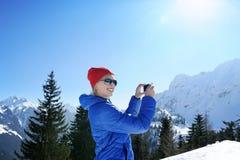 Muchacha en montañas del invierno Imagenes de archivo