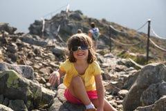 Muchacha en montañas rocosas Fotos de archivo libres de regalías