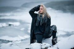 Muchacha en nieve en fondo del invierno Foto de archivo libre de regalías
