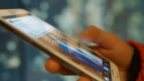 Muchacha en noticias de la visión del teléfono móvil en facebook 4K 30fps ProRes almacen de video