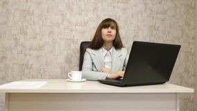 Muchacha en oficina en el funcionamiento de la mesa en el ordenador y hablar El empresario de sexo femenino joven comunica con el foto de archivo