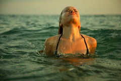 Muchacha en ondas del mar Foto de archivo libre de regalías