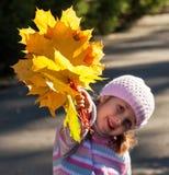 Muchacha en otoño fotos de archivo
