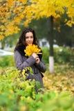 Muchacha en otoño colorido del parque Imágenes de archivo libres de regalías