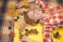 Muchacha en otoño en una hoja de oro del whith estacional de la ropa Descuentos del otoño Muchacha que lleva en ropa del otoño el fotos de archivo libres de regalías