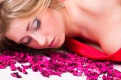 Muchacha en pétalo color de rosa Fotografía de archivo
