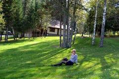 Muchacha en paisaje del bosque foto de archivo