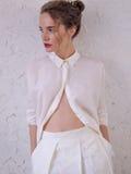Muchacha en pantalones cortos y camisa blancos largos Imágenes de archivo libres de regalías
