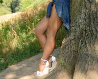 Muchacha en pantalones cortos y zapatos blancos Fotografía de archivo libre de regalías