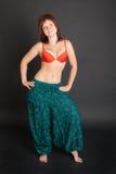 Muchacha en pantalones indios ciánicos Imagen de archivo