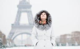 Muchacha en París en un día de invierno foto de archivo