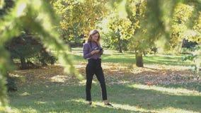 Muchacha en parque almacen de video