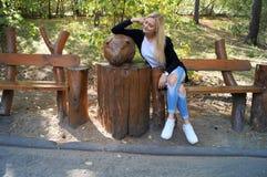 Muchacha en parque en banco fotografía de archivo