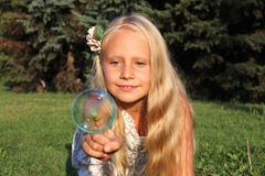 Muchacha en parque con la burbuja Foto de archivo