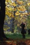Muchacha en parque con la cámara Fotos de archivo libres de regalías