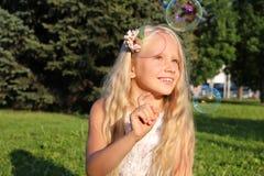 Muchacha en parque con las burbujas Fotografía de archivo libre de regalías