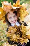 Muchacha en parque del otoño Imagen de archivo